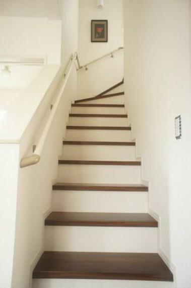 手すり付きで小さなお子さんでも安心な階段です。