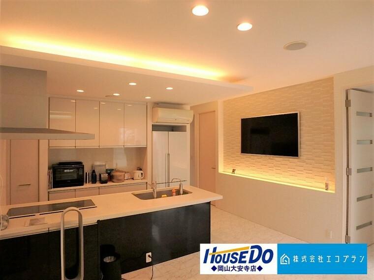 キッチン キッチンはリビング全体を見渡せるオープンタイプの対面キッチン 照明もとてもおしゃれで素敵なリビングスペースです