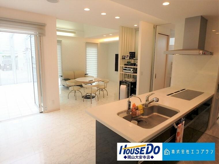 居間・リビング 明るく開放的な空間が広がる、キッチン・ダイニング・リビング。ホームパーティーでもゲストと一緒に料理を楽しみながら楽しい時間を過ごせそうですね
