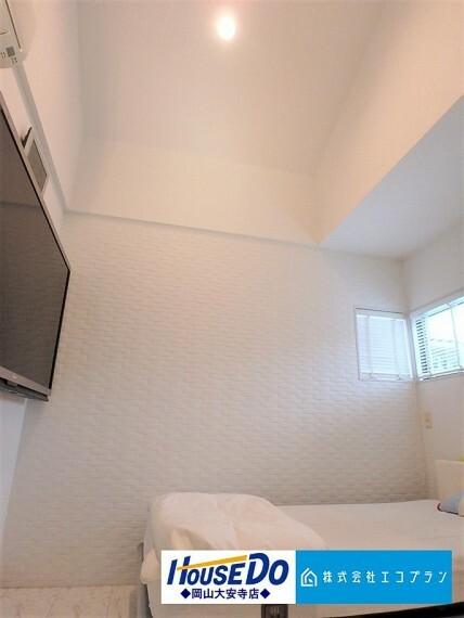 洋室 天井が高く開放感のある洋室 子ども部屋としても主寝室としてもご利用いただけます
