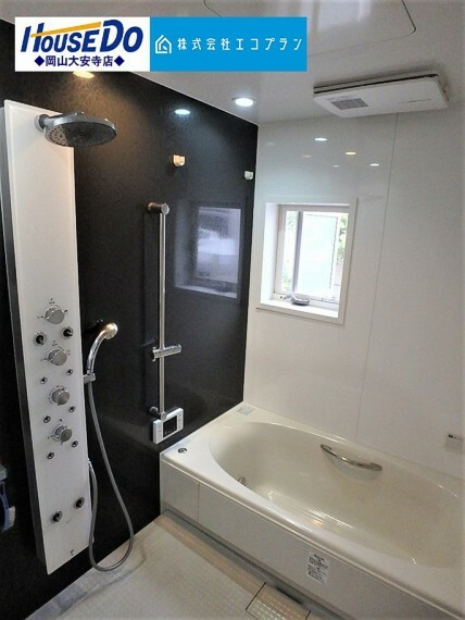 浴室 ジャグジーやオーバーヘッドシャワー付きの浴室です オーバーヘッドシャワーはシャワーだけで全身を温めることができます。ジャグジーバスにつかりながら快適で贅沢なバスタイムを過ごすのはいかがでしょうか