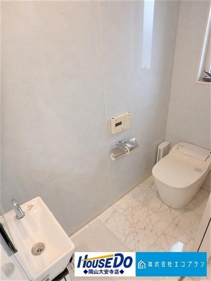 トイレ 自動水栓やオート機能付きのトイレなど、様々な機能が自動で作動。トイレに入るときから出るときまで面倒な操作を行うことなく快適に心地よく使えます