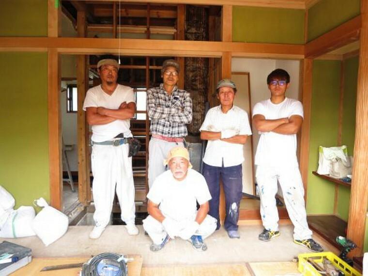 リフォームは協力会社さんが施工します。ベテランの職人さん達が、お住まいになるお客様の事を思って丁寧に作業しています。