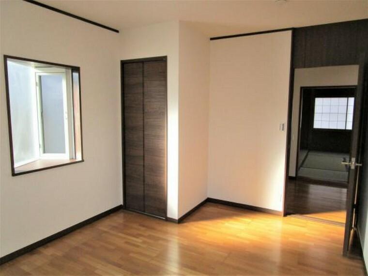 【リフォーム済】2階に洋室が2部屋ございます。クローゼットを新設し、壁、天井はクロスの張り替えを行いおこないました。床は徹底的にクリーニングを行います。