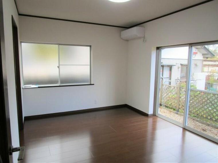 居間・リビング 【リフォーム済】リビングは壁、天井のクロスの張り替えを行い、床は新品の床材を貼りました。