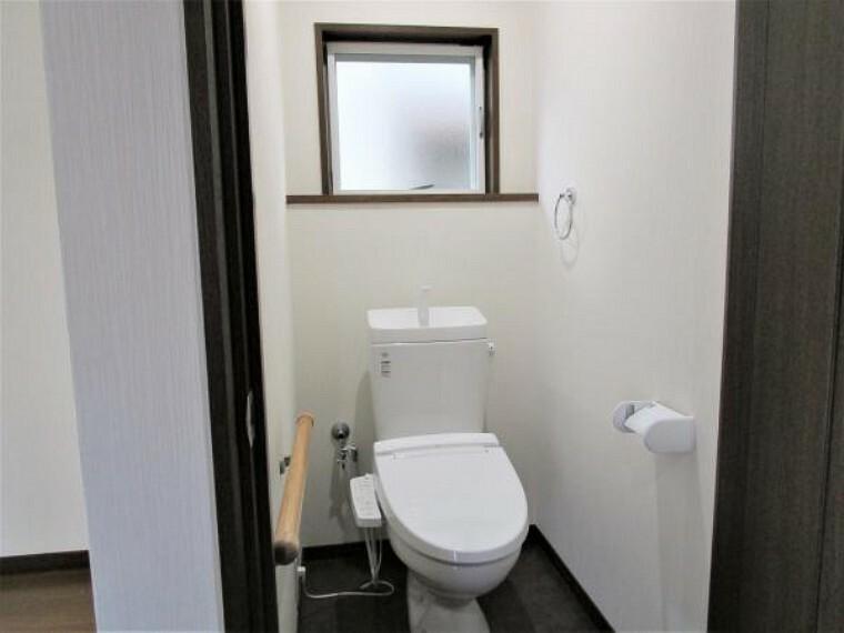 【リフォーム済】トイレはLIXIL製の温水洗浄機能付きに新品交換しました。キズや汚れが付きにくい加工が施してあるのでお手入れが簡単です。直接肌に触れるトイレは新品が嬉しいですよね。もちろん床、壁、天井も張り替えを行っております。