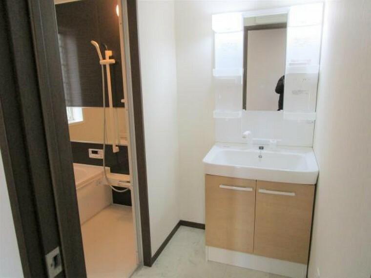 外観写真 【リフォーム済】洗面台も新品交換しております。壁、天井はクロスの張り替えを行い、床は掃除のしやすい耐水フロアを張り替えております。