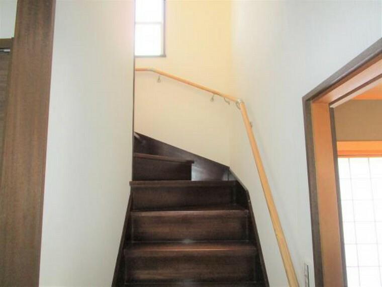 【リフォーム済】2階へ上がる階段です。より安全に上り下りが出来るよう手すりを付けました。