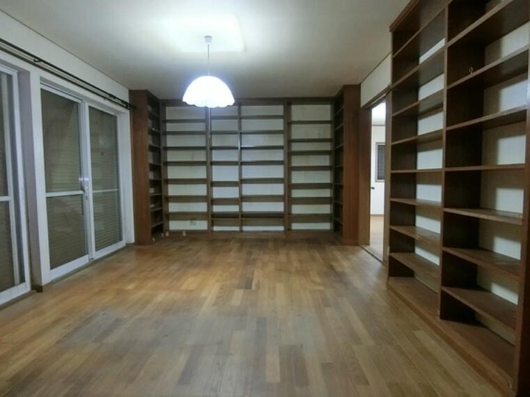 1階の洋室です。造り付けの棚がございます。