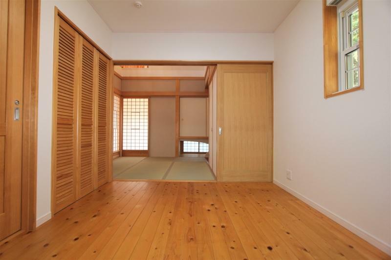 洋室 4.5帖の洋室です。クローゼット、棚収納付きです。