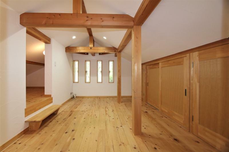 洋室 2階6.7帖の洋室です。小屋裏を利用した収納付きです。