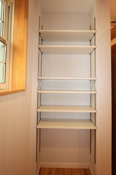 収納 洗面室の収納棚です。可動棚なので高さ調節できて便利です。