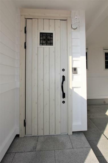 玄関 おしゃれな玄関扉です。ダブルロックタイプなのでセキュリティ面も安心ですね。