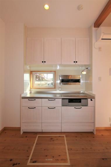 キッチン オール電化仕様のキッチンです。使いやすいIHクッキングヒーターはお手入れも簡単です。操作しやすい壁付の換気扇は、開閉できるので見た目もすっきりです。