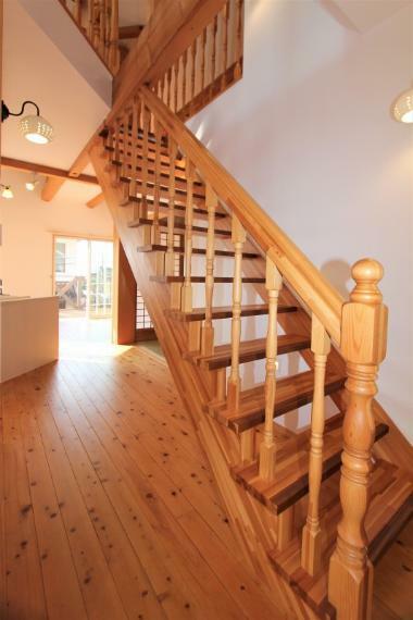 オープン階段なので、お部屋が明るく広く感じられます。