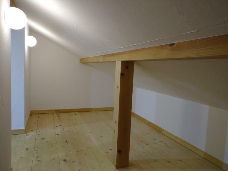 収納 シーズン物の衣類や小物、家電類もすっきり片付く小屋裏収納です。