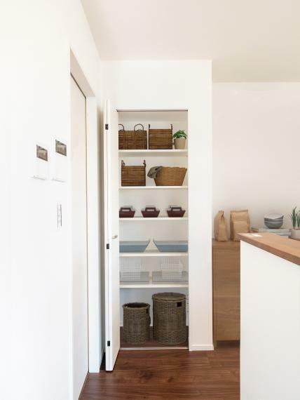 キッチン キッチン横のパントリーがキッチンをより使いやすくしてくれます!【施工例】