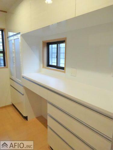 キッチン カップボード付きで食器や調理器具もスッキリ収納できます