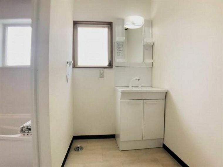 洗面化粧台 「洗面所」洗面所は天井・壁のクロス・床を貼り替え、洗面台を交換しました。