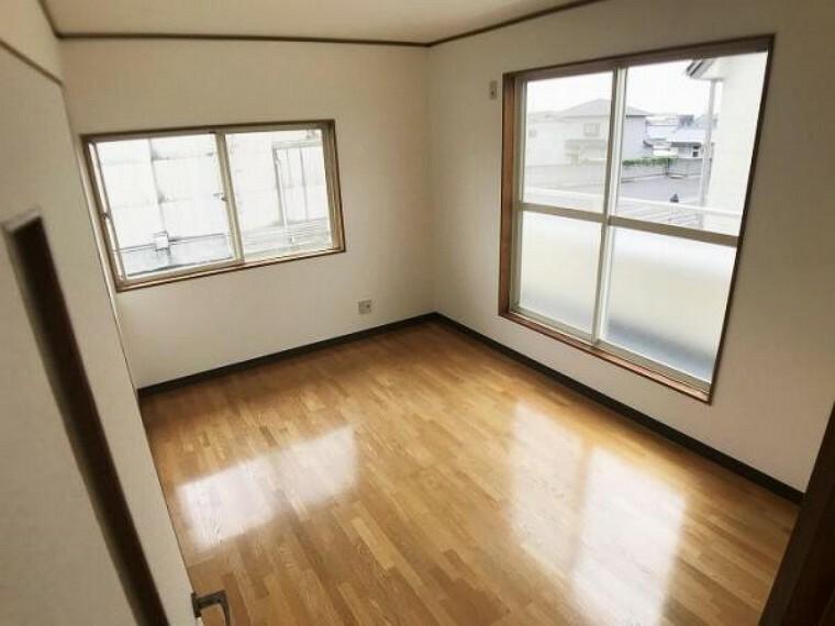 「2階洋室」2面採光と風通しの良い洋室。