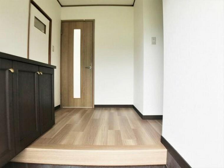 玄関 「玄関」玄関から見たお家の様子です。壁・天井はクロスを張替えて明るくなっています。