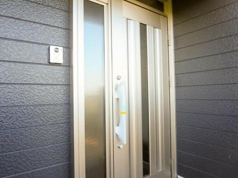 玄関 玄関ドアは新品交換しました。鍵も2ロック方式になり、安全性も高まりましたので安心してお出かけできますね。