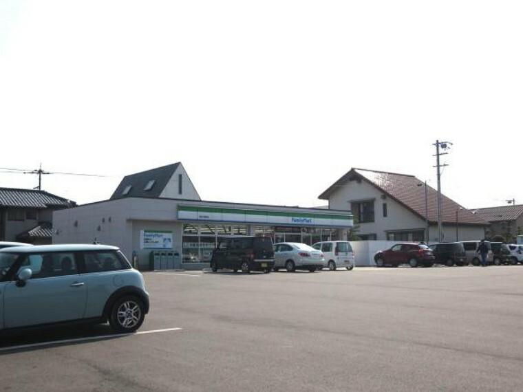 コンビニ ファミリーマート 高松川部町店まで1600m、車で4分です。スナックやスイーツの品ぞろえが充実していますので小腹がすいたときの強い味方ですね。