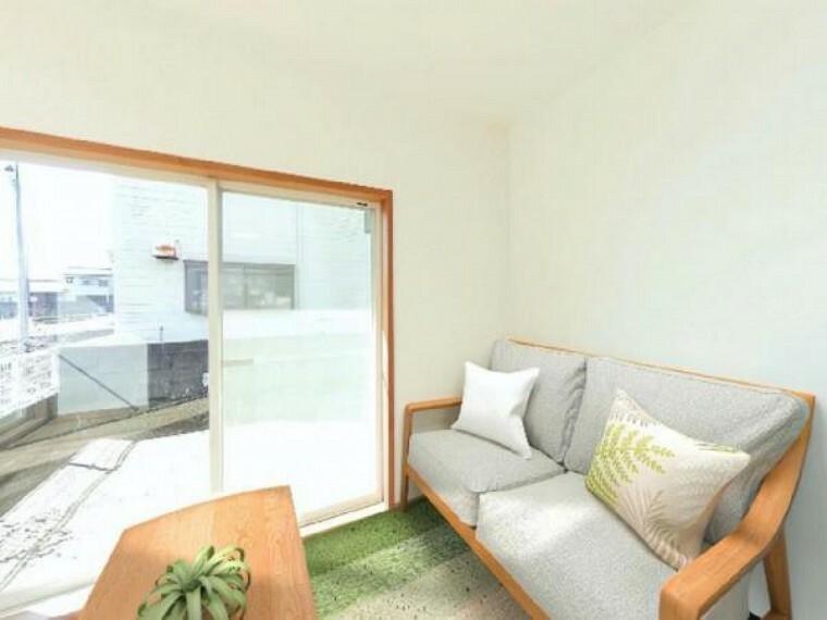 居間・リビング 「リビング」リビングは天井、壁のクロス及び床を貼り替えし、明るい雰囲気に生まれ変わりました。