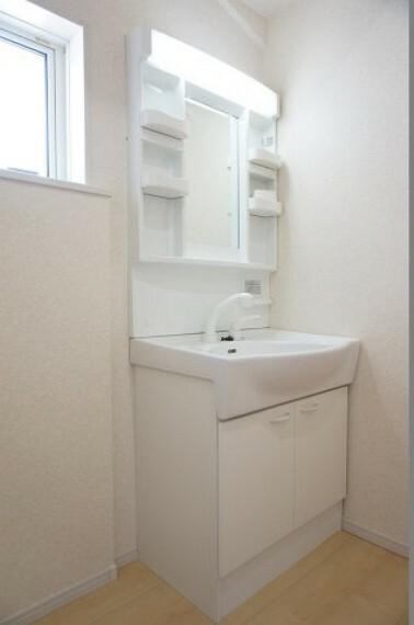 洗面化粧台 同社施工イメージ。 写真は実際とは異なる場合がございますが、同社・同仕様を内覧し体感できるお部屋をご紹介可能です。 先に同社物件を見ることで、少しでも長く検討時間を確保できます!