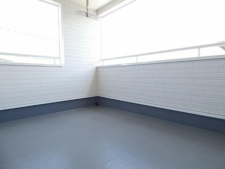 バルコニー 同社施工イメージ。 写真は実際とは異なる場合がございますが、同社・同仕様を内覧し体感できるお部屋をご紹介可能です。 先に同社物件を見ることで、少しでも長く検討時間を確保できます!