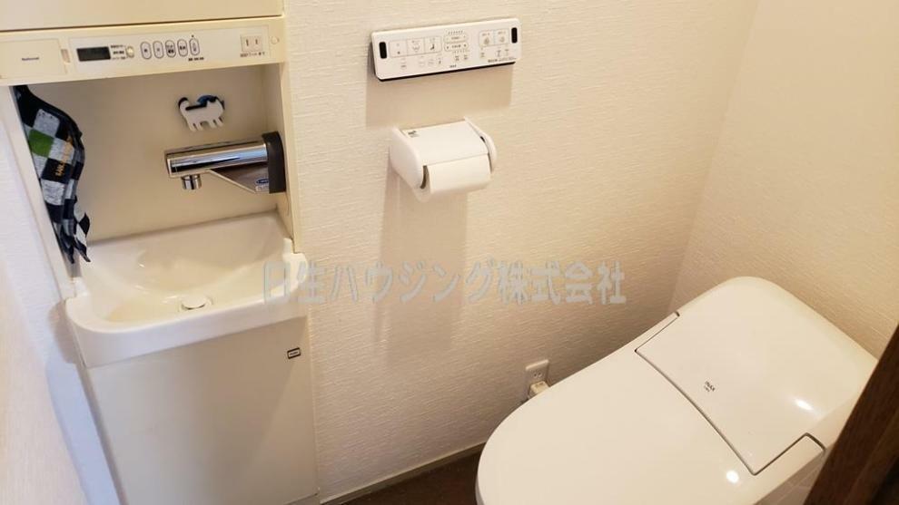トイレ 立ち上がると自動で流れるトイレです。