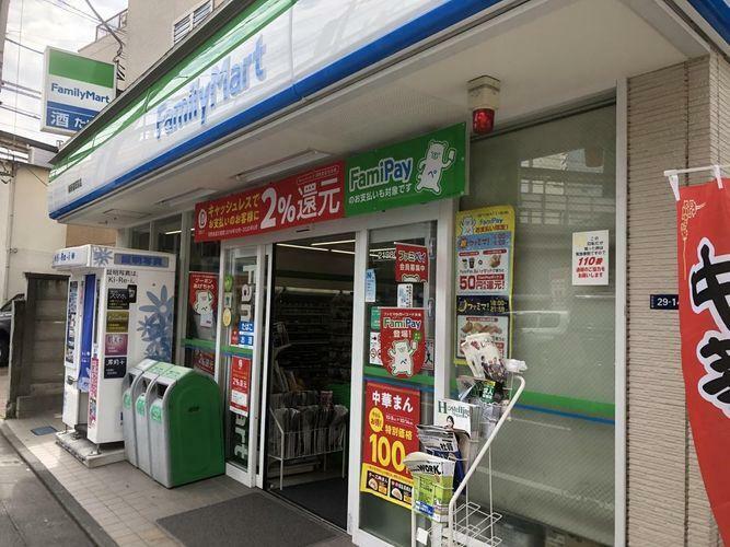 コンビニ ファミリーマート/南新宿駅前店 徒歩4分。