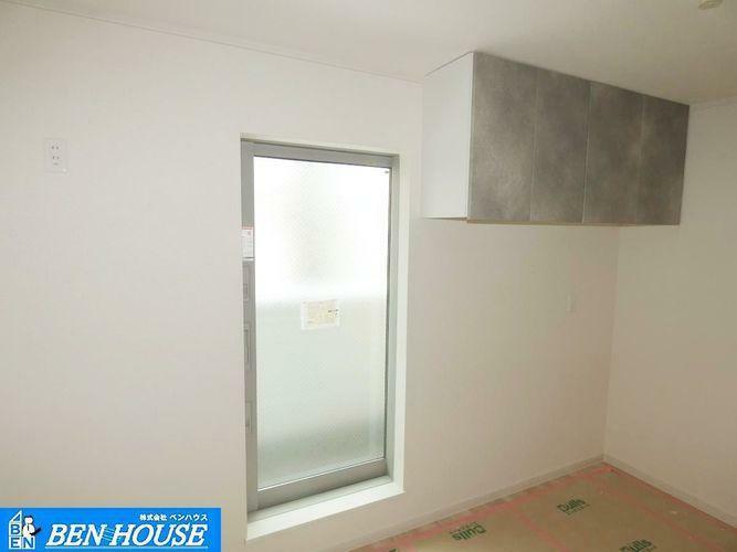 キッチン 【洋室】 きっちの真後ろにある大きな窓からは換気もできます。