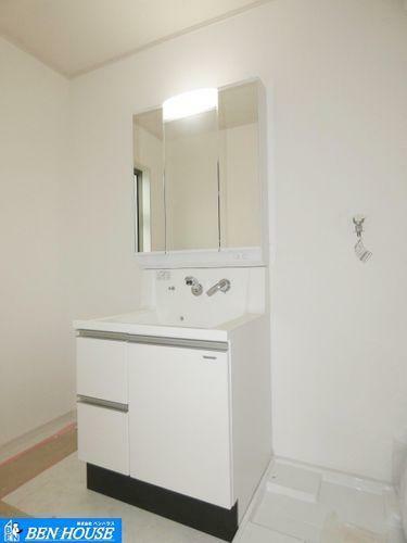 洗面化粧台 【洗面所】 独立洗面所は、余裕のある広さで朝の準備や入浴にもストレスなく準備できます。