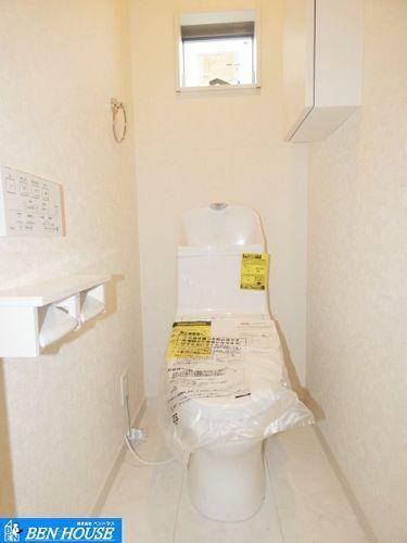 トイレ 【トイレ】 窓付きの温水洗浄トイレです。季節関係なく快適に利用できます。