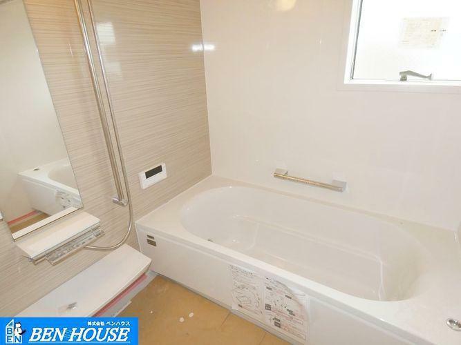 浴室 【浴室】湯舟には手すりがついているので立ち上がる時も安心です。窓付きなので換気ができます。