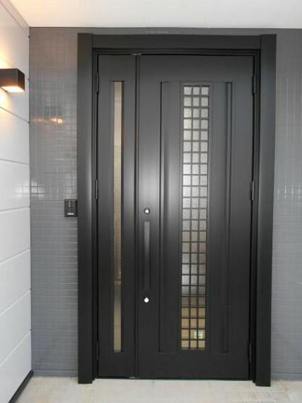 玄関 【玄関】モニター付きインターホンで安心のセキュリティー。