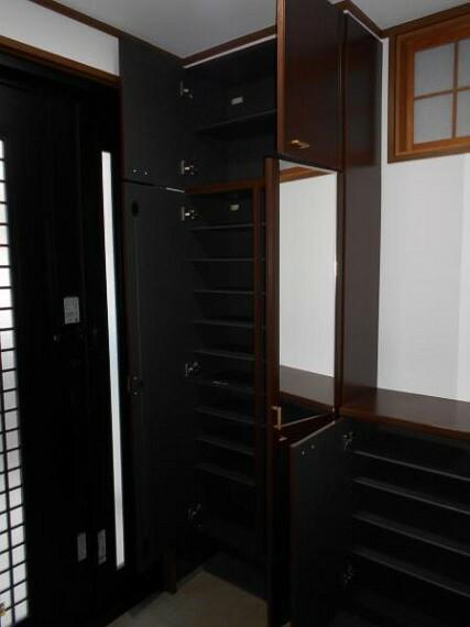 玄関 【玄関】大容量のシューズクロークで、家の顔である玄関を綺麗に整頓可能です。