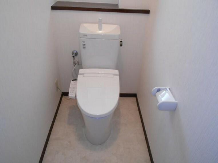 トイレ 【トイレ】ウォシュレット機能付きのトイレは各フロアに配置。(新品交換済)