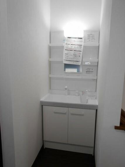 トイレ 【洗面化粧台】各フロアに配置し、忙しい時間にも嬉しいですね。(新品交換済)