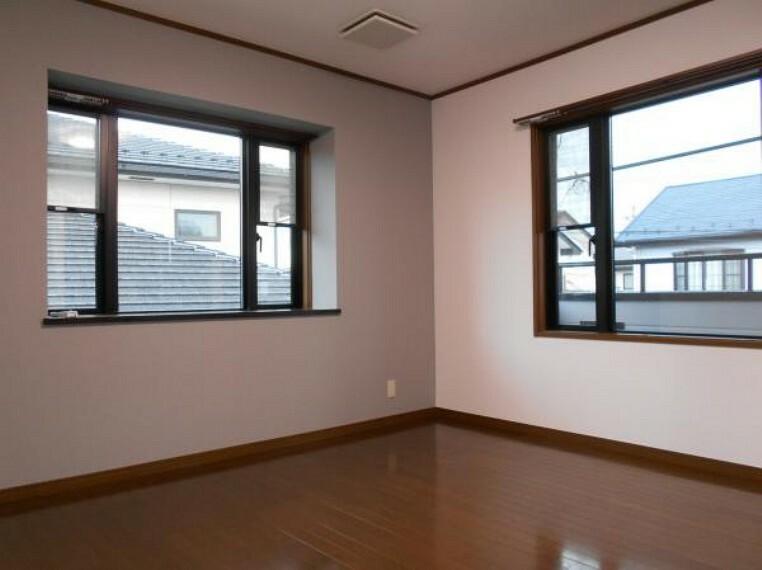 【洋室】大きな窓からあたたかな日差しと爽やかな風が通り抜ける。