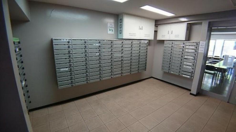 集合ポストで郵便物の出し入れも楽です。鍵付きで安心ですね!