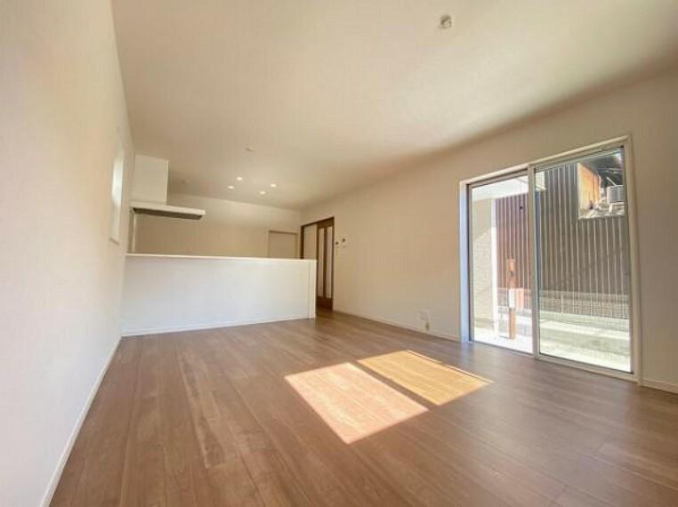 居間・リビング フローリングにはキズの付きにくい特殊塗装を採用し、内装やドアの仕上げは、堂々とした木目で、木の温もりを感じながらお過ごしいただけますね。
