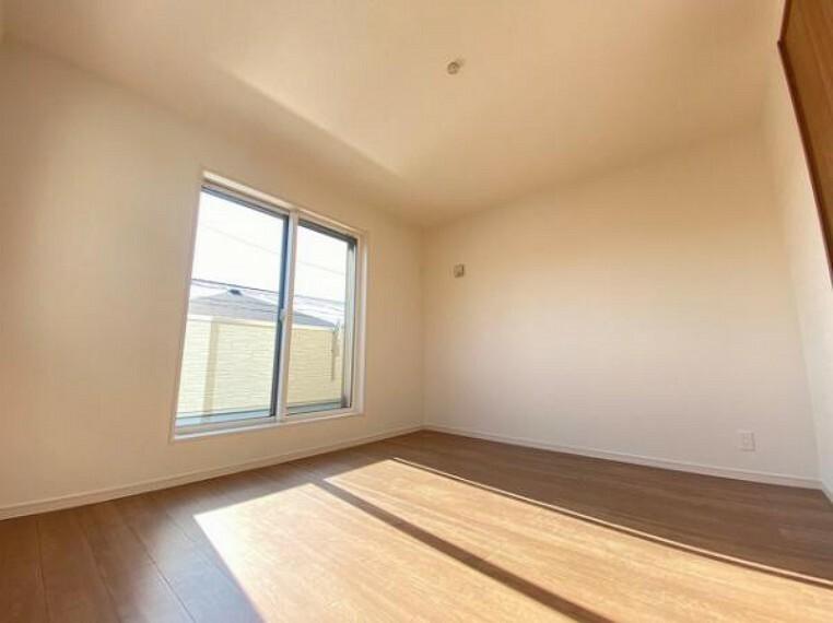 洋室 こちらのお部屋はバルニコーに面しており、日当たり、通風ともに良好です!お布団などもサッと干せて便利ですね