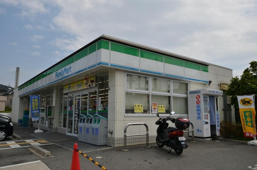 コンビニ 【コンビニエンスストア】ファミリーマート川西中央店まで357m