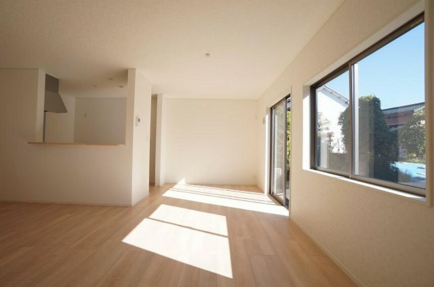 居間・リビング 南向きのリビングは明るく、和室とつながり広々とした空間です。