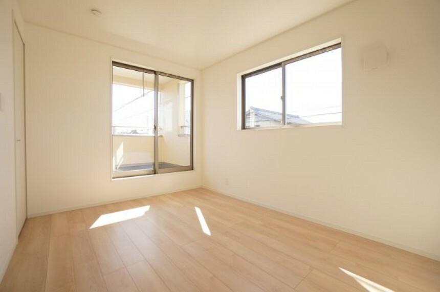 洋室 バルコニーに面した2階洋室は明るく収納付き。
