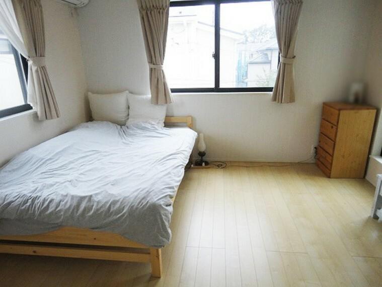 2F主寝室 7.5畳2面採光で明るい陽射しや自然の風が取り込めます