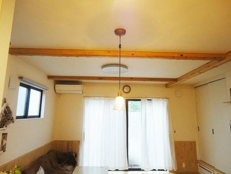 居間・リビング 天井に施された化粧梁で木のぬくもりが感じられます、お部屋を彩るアクセントにもなります