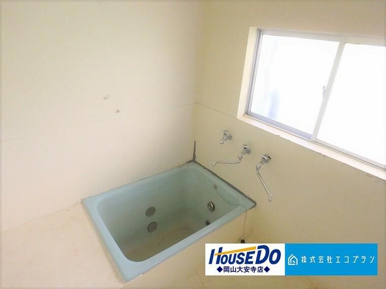窓付きの明るい浴室。しっかり換気も出来て空気が籠らないので、快適な空間を維持できます